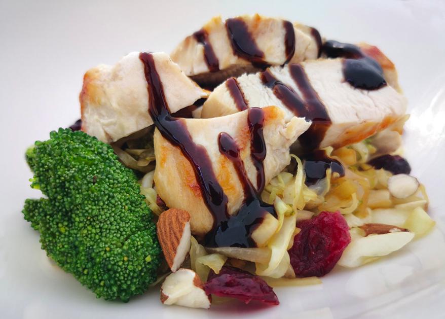 Pandestegt kyllingebrystfilet med spidskål, broccoli, mandler og tranebær