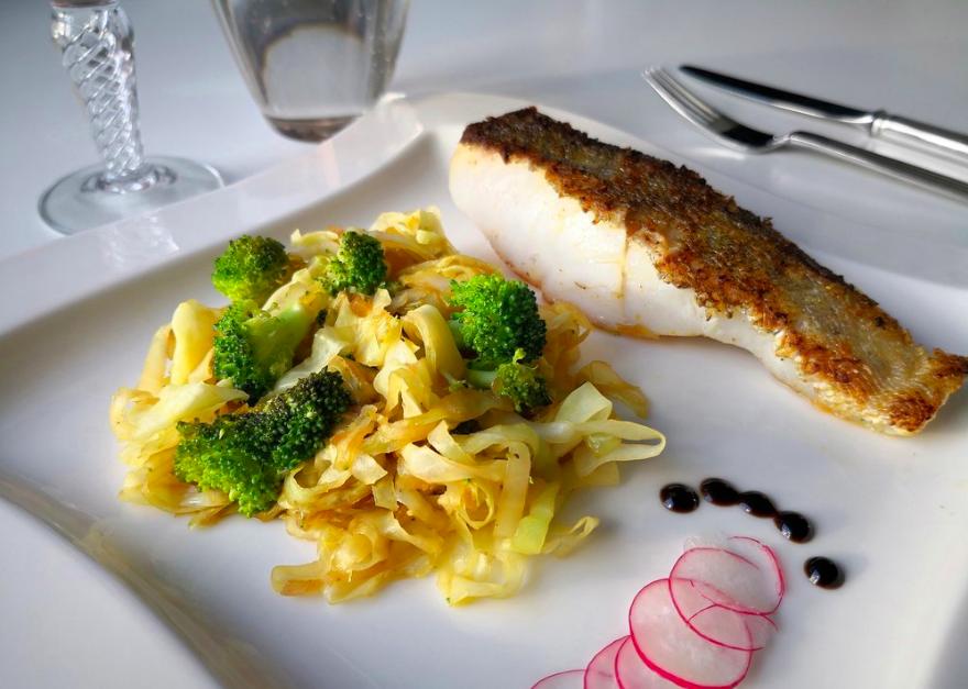 Pandestegt spidskål med broccoli og lyssej