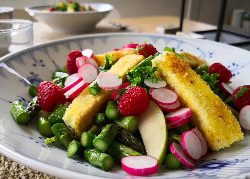 Frokostsalat med belugalinser, skåret frugt og grønt