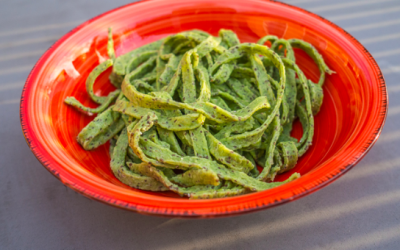 Hjemmelavet pasta med spinat og chiafrø (tagliatelle)