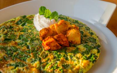Æggekage med chiafrø og spinat med skyr samt kyllingefajita