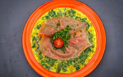 Æggekage med chiafrø, spinat og seranoskinke