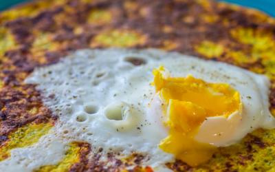 Chia-pandekage med rød peber, ost og porcheret æg