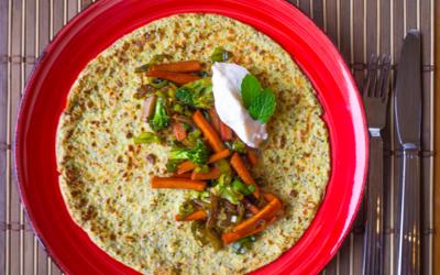 Chia-pandekage med broccoli, grøntsager fra wok og skyr med ananas