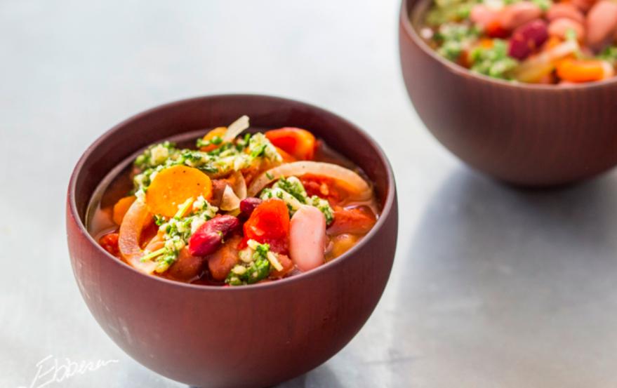 Suppe med tre slags bønner, chili og hvidløgspesto