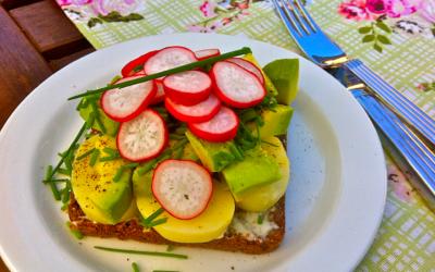 Kartoffelmad med radisser og avocado