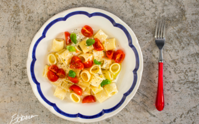 Pasta med mozzarellacreme og tomatfyld