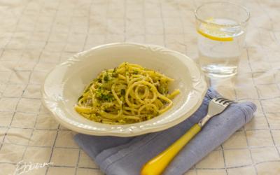 Pasta al pesto di pistacchi e insalata di spinaci