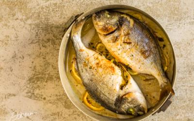 Pesce al limone con patate schiacciate e pomodori insalata